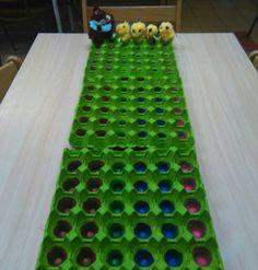 Kuikenrace: elk kuiken een strik rond de nek, kleurendobbelsteen met dezelfde kleuren als de strikjes of vos (stap terug als hij naast je kuiken staat)