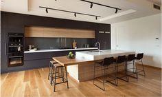 cocina gris con madera