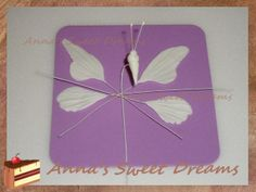 Butterfly of mastic  (gumpaste butterfly) Lots of tutorials on this site. You will need to use google translator.