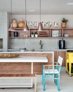 Para dar um up na cozinha clássica de madeira aposte em pendentes e cadeiras coloridas. #decoration #instadecor #instahome #casa #home #interiordesign #homedesign #homedecor #homesweethome #inspiration #inspiração #inspiring #decorating #decorar #decoracaodeinteriores #Mobly #MoblyBr #homedecor