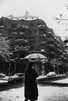 """Barcelona 1962  Xavier Miserachs   """"Mujer caminando delante de La Pedrera durante una nevada""""."""