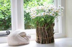 No post de hoje apresentarei duas dicas para decorar seu cantinho gastando quase nada! A primeira sugestão é este vasinho de flores, confeccionados com alguns galhos de árvore secos e...