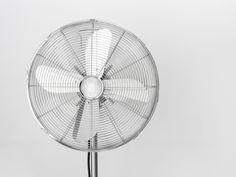 Un ventilateur permet de rafraichir la pièce pendant une canicule