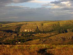 Canyon do Guartelá, situado no município de Tibagi compreende um vale com mais de 100 metros de profundidade e 40km de extensão onde o rio Iapó exerce seu poder erosivo sobre a Formação Furnas, um tipo de rocha com origem de depósitos fluvio-marítimos ocorridos há 180 milhões de anos.