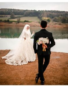 Boda Tutorial and Ideas Muslim Couple Photography, Wedding Photography Poses, Wedding Poses, Wedding Couples, Hijabi Wedding, Muslim Wedding Dresses, Romantic Wedding Photos, Wedding Pictures, Cute Muslim Couples