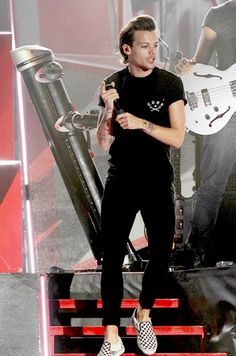 Louis Tomlinson // love that he's wearing no socks with his shoes again!