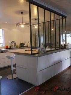 Plan de travail en hêtre pour la partie repas - La verrière repose sur des meubles qui s'ouvrent côté salle à manger.