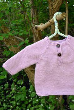 Hej alla stickare – gästbloggaren Anna här! Är det kanske någon som redan har provat att göra en tröja med sprund av Två trådändars lilla kofta? Det tog ett tag … Baby Knitting, Crochet Baby, Knit Crochet, Knitted Baby, Baby Outfits, Toddler Outfits, Baby Barn, Baby Sweaters, Diy Clothes