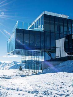 Aérodrome, refuge, restaurant ou musée, ces quatre constructions montagnardes ont en commun de repousser les limites de l'architecture, et de nous en mettre plein la vue. Le restaurant IceQ en Autriche. © Das Central