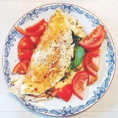 Min varjedag-frukost  Är ju en sån himla periodare och har helt lämnat gröten. Nu är det ost- & kalkonomelett som gäller