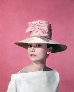 Ideas funny face audrey hepburn style for 2019 Audrey Hepburn Hut, Audrey Hapburn, Audrey Hepburn Photos, Cara Delevingne, Citations Audrey Hepburn, Photos Encadrées, Love Vintage, High Fashion, Poppies