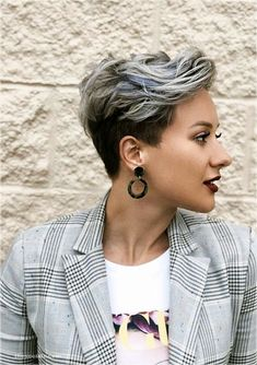 Bold styles of pixie haircuts for short hair worn by he top famous ladies in year This amazing pixie haircut is really fantastic style for all the women just to make them look more elegant… Long Face Haircuts, Pixie Haircut For Thick Hair, Thin Hair Haircuts, Short Pixie Haircuts, Pixie Hairstyles, School Hairstyles, Ladies Short Hairstyles, Pixie Haircut Color, Women Pixie Haircut