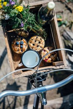 Gluten-free Mini Pies and a Picnic at the Lake - Our Food Stories Comida Picnic, Elsie De Wolfe, Picnic Date, Mini Pies, Slow Living, Farm Life, Country Life, Food Styling, Summertime