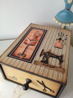 caixa com gaveta toda trabalhada em detalhes para costura.