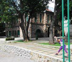 Mi centro de trabajo, una antigua estación de ferrocarril. Ala derecha mi alumna Irene feliz :)