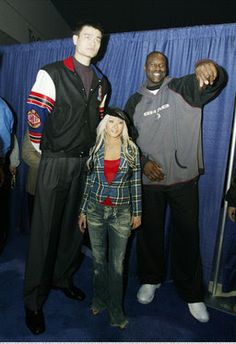 funny Yao Ming Shaq Christina Aguilera on imgfave Giant People, Tall People, Big People, Basketball Pictures, Smosh, Shaquille O'neal, Tall Guys, Petite Women, Tall Women