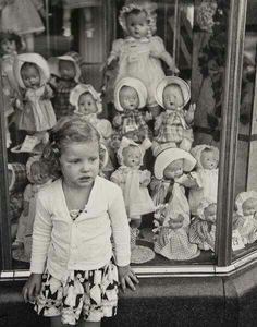 Vintage photo girl store window of dolls Vintage Children Photos, Images Vintage, Vintage Girls, Vintage Pictures, Vintage Toys, Antique Photos, Vintage Photographs, Old Photos, Old Dolls