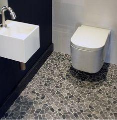 Tegelfloor - Breda - tegels - toilet met pebbles.