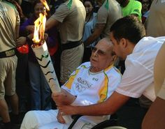 Jornal do Brasil - Olimpíada 2016 - Ivo Pitanguyconduz a tocha olímpica em Botafogo, na Zona Sul do Rio