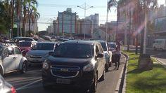 Panfletagem no sinal em Jardim da Penha, na Ponte Ayrton Sena.