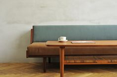 希少価値が高くなっているという、チーク材を使用したハンス・J・ウェグナー「GE258 デイベッド」にminä perhonen(ミナ ペルホネン)のdop生地を張り合わせたというソファ。落ち着いた色合いが素敵ですね。