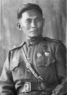 Герой Советского Союза снайпер лейтенант Жамбыл Тулаев, бурят, убил 262 гитлеровца, Член ВКП(б) с 1942
