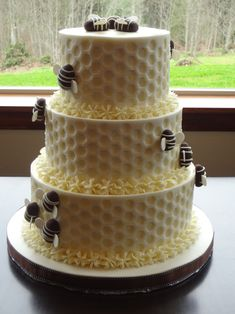 We LOVE everything about bees and beehives. Check out these awesome cake decorating ideas. It's amazing how creative these cakes are! Bee Cakes, Cupcake Cakes, Cupcakes, Different Cake Flavors, Bumble Bee Cake, Honeycomb Cake, Honey Cake, Cake Decorating Techniques, Decorating Ideas