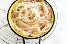De saus voor deze pasta maak je van eidooiers en kaas. Immers: in échte carbonara gaat geen room - Spaghetti carbonara - Recept - Allerhande
