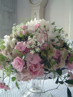 Sweet peas delicate pink hydrangeas and Alchemilla Mollis, dreamy  Love the mix of pale pink and white with the darker green, so pretty ! <3