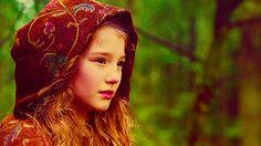 Grace [Alyssa Skovbye]. La hija del Sombrerero Loco. En el pueblo es Paige