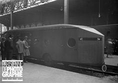 L'arrière de la première Micheline conduite par Marcel Michelin (1886-1945) qui effectua le parcours Paris-Deauville en 1h45. Paris, Gare Saint-Lazare, septembre 1931. - Photo d'Albert Harlingue