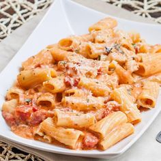 RIGATONI IN BLUSH SAUCE WITH CHICKEN AND BACON . Made by @jocooks. ❤️Follow her @jocooks  Serves: 4 . INGREDIENTS ½ lb uncooked rigatoni pasta, cooked according to package instructions (can use whole wheat) 1 chicken breast, boneless, skinless, cut into small pieces 1 medium onion, chopped 6 slices bacon 2 tbsp Frank's hot sauce 1 can (2 cups) diced tomatoes fresh basil, chopped 2 cloves garlic, minced ½ cup water 1 cup mozzarella cheese ½ cup sour cream (can use light) fresh Parmesan cheese…