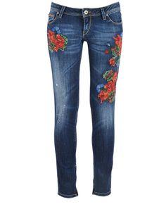 Guess Jeans te trae unos vaqueros bordados con rosas rojas.