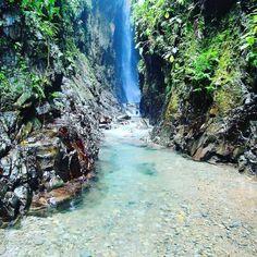 Esta cascada está situada en la provincia de Bocas del Toro en un lugar llamado Palo Seco, en el km 67 de la via Chiriqui-Bocas. Lugar hermoso. Agua super fria, y prácticamente imposible bañarse en la cascada por la fuerza de impacto del agua. Recomiendo a todos visitarla.