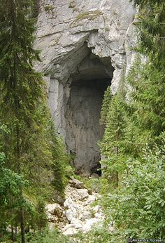 Portalul Cetatile Ponorului - The cave entrance has arround 70m tall, and the rock wall it's higher than 100m
