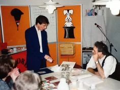 Goochelaar Aarnoud Agricola verzorgt een cursus goochelen op zijn kantoor in Utrecht in 1995.