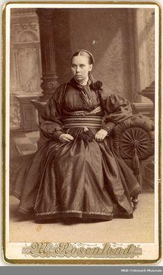 Tre kvinner i beltestakk i enkelt fotoatelier. Folk Costume, Costumes, Museum, Folklore, Illustrations, Old Photos, Norway, Painting, Vest