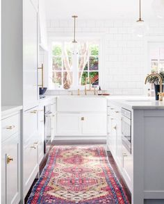 Currently on a mission to find beautiful vintage rugs for my project. Isn't this pop of color just gorgeous? Via @lonnymag - design by @chaneevijay &  by @atticfirephoto