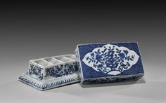 Ming Dynasty, Wanli Mark and of the Period, blue and white porcelain box 明萬曆 青花花卉紋方蓋盒 © I. M. Chait Gallery