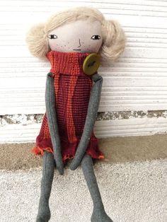Bambola con capelli di alpaca e seta cucita a mano. 32 cm