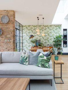 salon style scandinave urban jungle papier peint palmier plante feuille verte coussin mur de brique horloge marbre #urbanjungle