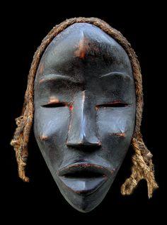 """Maschera per la danza """"Deangle"""" - DAN (Yacouba-Yakuba) - Costa D'Avorio / Liberia / GuineaLegno, pigmenti e fibre vegetali, patina d'uso. Dimensioni: cm 27 x 17 (nelle foto in dimensione reale)"""