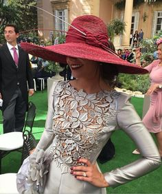 find more at Derby Outfits, Outfits With Hats, Casual Outfits, Royal Fashion, Look Fashion, Fashion Outfits, Womens Fashion, Fashion Moda, Couture Mode