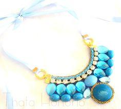 Cód: CN164  Maxi Colar em courino azul com pedras de resina e acrílicas azul, strass, couro trançado, metais dourados e fecho em fita de cetim azul. R$ 33,00