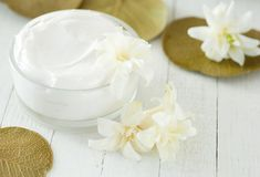 Top homemade moisturizing remedies for dry, itchy skin. Homemade body lotions with simple natural ingredients. Top homemade best moisturizing tips. How to get rid of dry, itchy skin during winter? Homemade Body Lotion, Dry Skin Remedies, Natural Remedies, Wrinkle Remover, Body Lotions, Beauty Recipe, Bath And Body, Trust, Darby Smart