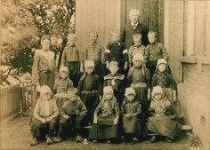 Marken klassefoto 1906 vrij veel kinderen nog in klederdracht. Vanaf zo ongeveer 1984 zie je ineens niemand meer in klederdracht...