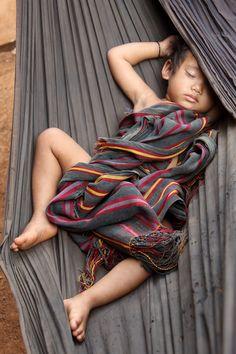 Pequena criança dorme na rede na vila de Nong, uma aldeia da  minoria étnica Kreung na província de Ratanakiri do Camboja.  Fotografia: Retlaw Snellac Photography no Flickr.