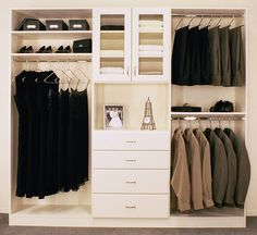 Imagen de http://gnuarch.org/wp-content/uploads/2015/03/Space-saving-closet-solutions-with-drawers-.jpg.