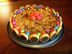 La meilleure recette de Cookie d'anniversaire! L'essayer, c'est l'adopter! 5.0/5 (3 votes), 10 Commentaires. Ingrédients: 100g de beurre mou, 130g de cassonade, 1oeuf, 220g de farine, 1/2 c.a.c de levure, 8 biscuits Pépito ronds chocolat au lait, 180g de chocolat au lait, 100g de noix, 19 Pépito mini rollo, Smarties pour la décoration, un peu de Nutella.