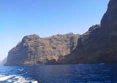 Masca on upea luonnonkaunis laakso komeiden vuorten keskellä Teneriffalla. Laaksoon vievät kapeat serpentiinitiet ovat ainoa reitti nähdä tämä saaren helmi. Lue lisää blogista! // www.kookospalmunalla.fi // Masca is a wonderful naturally beautiful valley in the middle of massive mountains in Tenerife. The narrow serpentine roads are the only way to reach the valley and the most beautiful spot on the island. More on blog! // #masca #tenerife #teneriffa #kookospalmunallablog #matkablogi Tenerife, Naturally Beautiful, Most Beautiful, Canary Islands, Grand Canyon, Safari, Mountains, Water, Middle